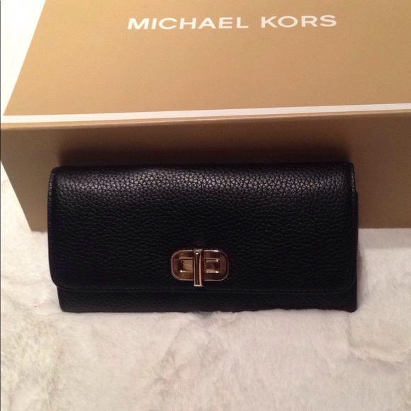 8d0f184b222bb Michael Kors Sullivan Large Carryall Wallet